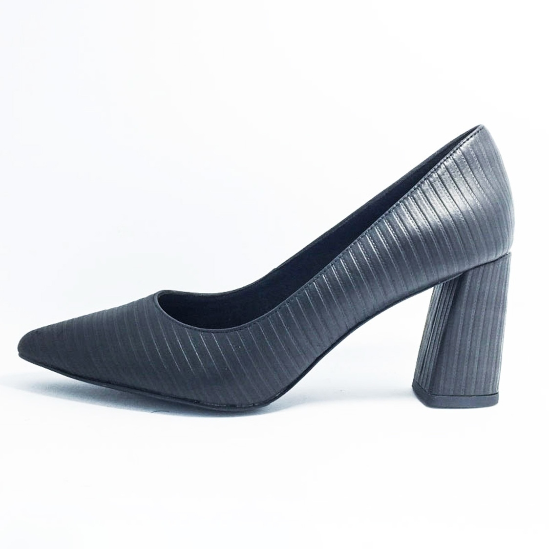 3 Pointed-Toe Courtshoe in Black